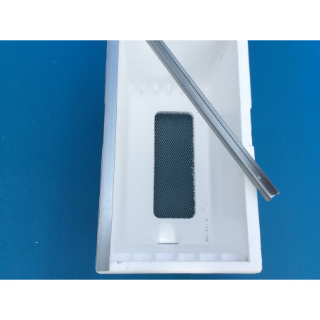 Metal sheet profile for the protection of polystyrene boxes